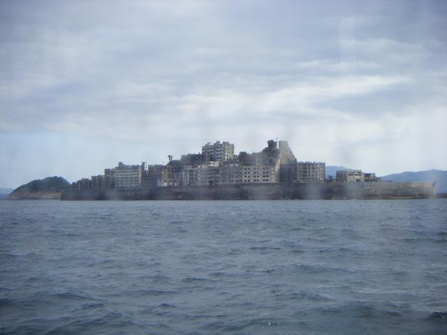 船から見た軍艦島全景