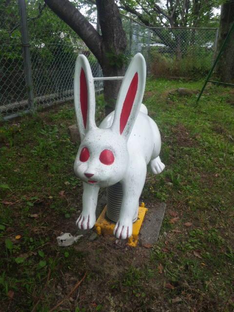 怖いウサギの遊具