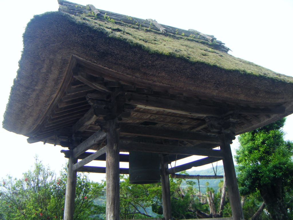 仏木寺 茅葺屋根の鐘楼