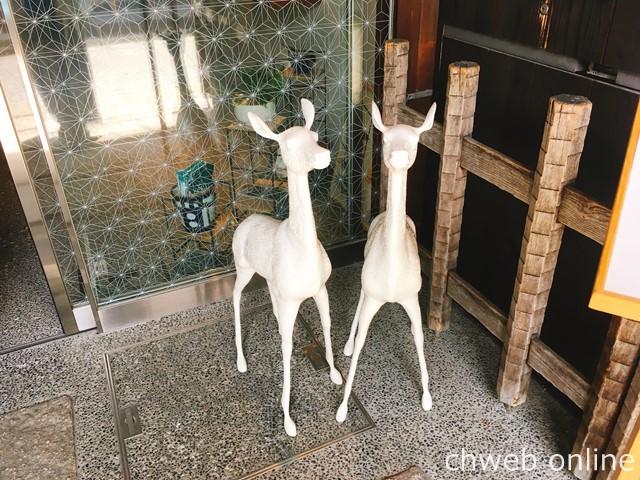 遊中川本店の白い鹿の像