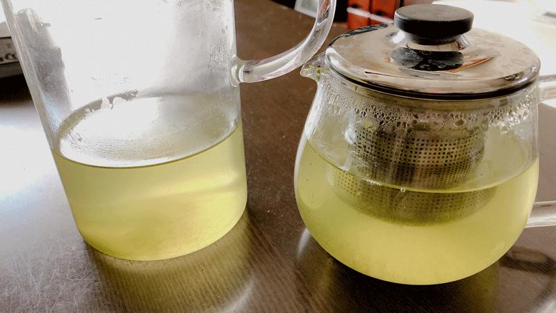家では緑茶に砂糖を入れます